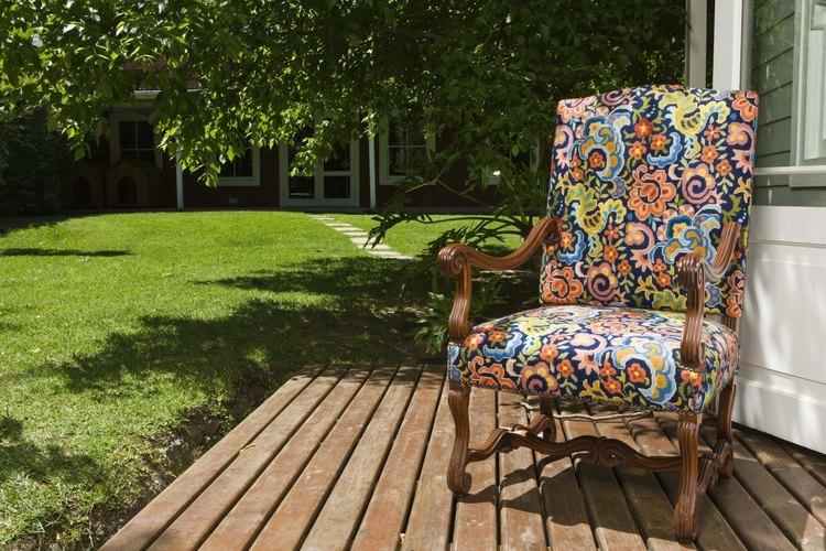 Pisos al aire libre en el jardín trasero.