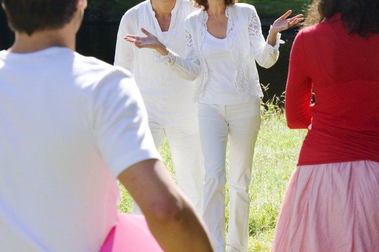 Una fiesta en un jardín indica que debes vestir algo semi-formal o incluso formal.