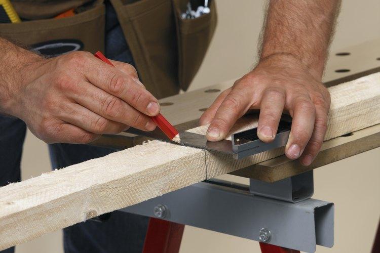 Usa tablas de 2 por 4 para hacer un taburete para el área de bar de tu casa.