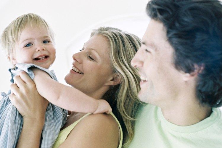 Alzar a tu bebé durante el día puede promover una buena noche de sueño.