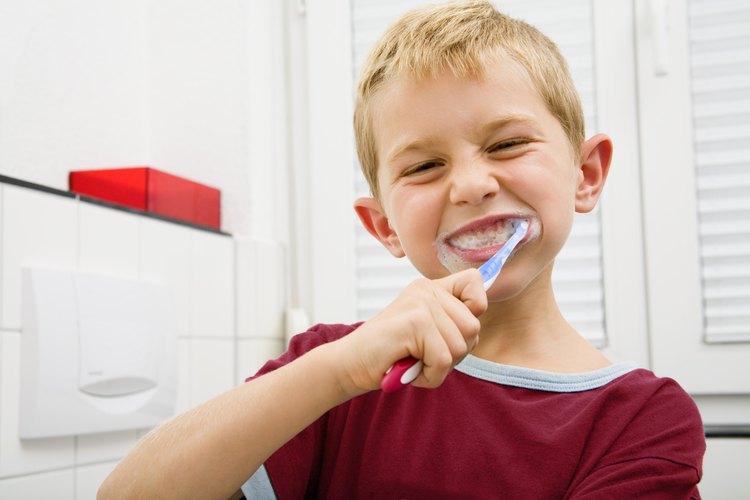 Los niños deberían usar un cepillo suave y cepillar sus dientes en círculos.