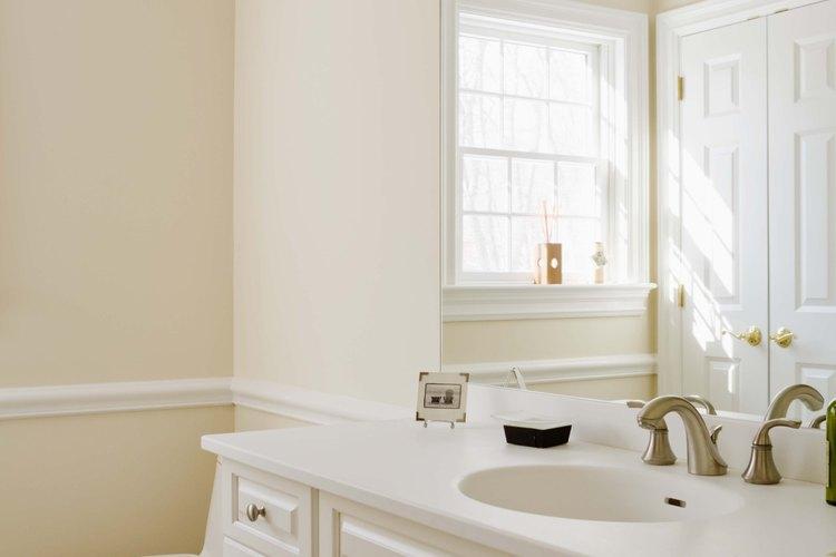 Los espejos de baño sin marco suelen unirse a la pared con pegamento.