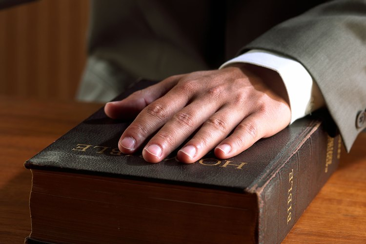 El testimonio puede darse ya sea por escrito o en persona.