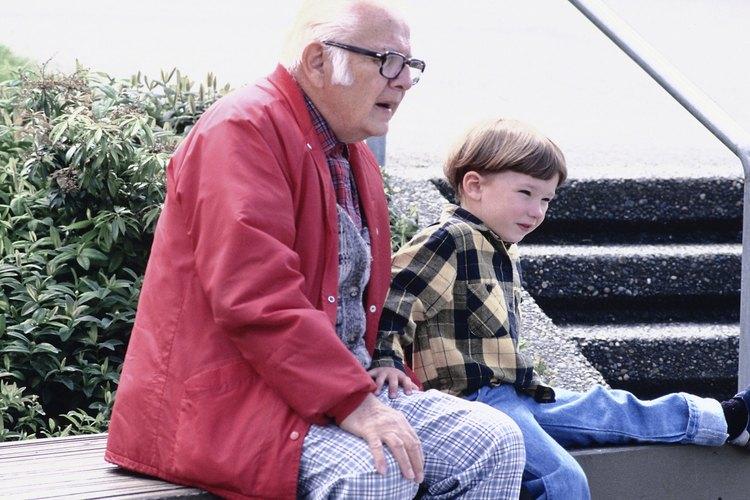 Un trabajador social proporciona atención psicosocial a los residentes de hogares de ancianos y sus familias.