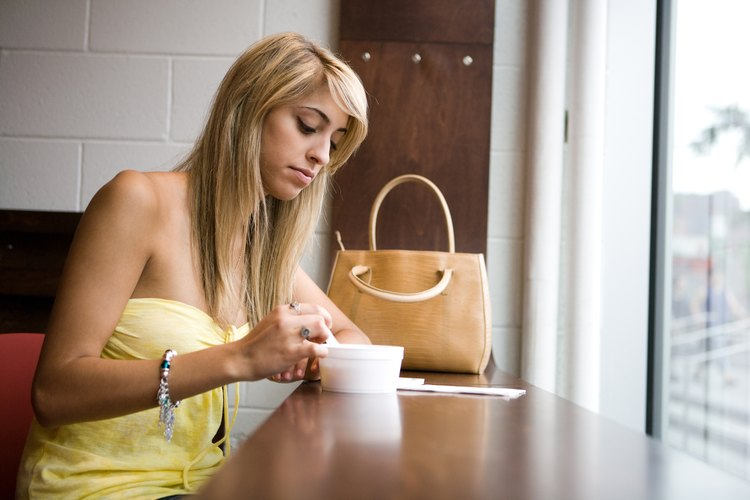 Mujer mirando una sopa.
