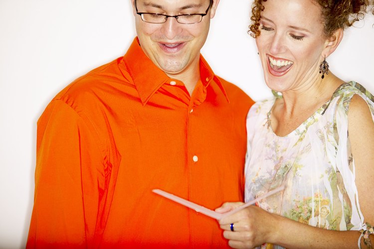 Haz que los nuevos propietarios sonrían y se sientan felices al leer tu tarjeta por la inauguración de su casa.