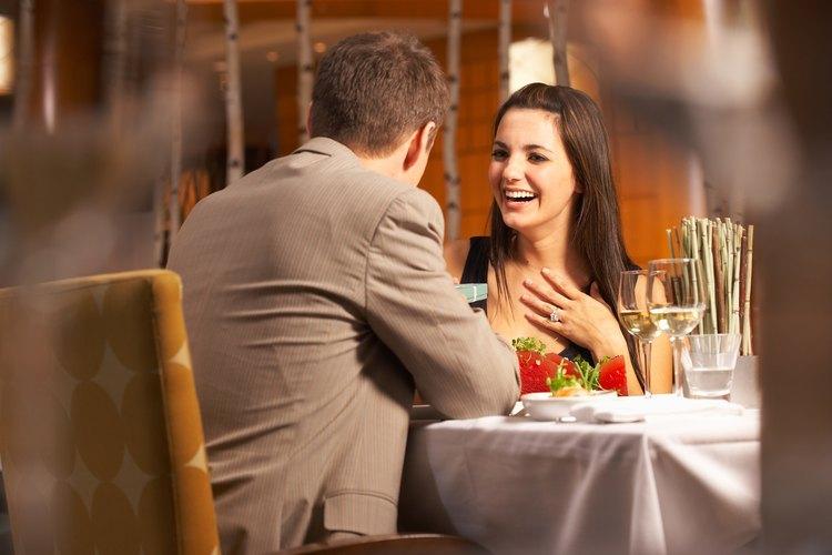 Sonríe y haz el esfuerzo de conocer a la persona con la que tienes una cita.