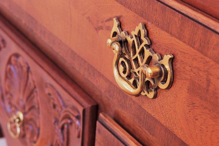 Limpia los tiradores de bronce muy sucios con removedor comercial de suciedad.