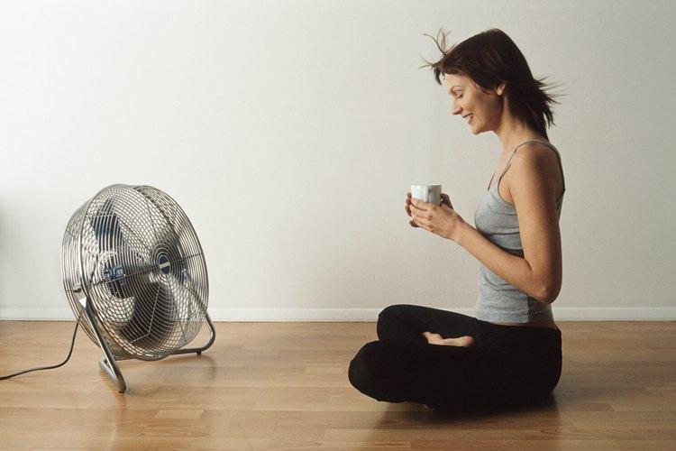 Un ventilador puede mejorar la calidad del aire en una habitación pequeña y mal ventilada.