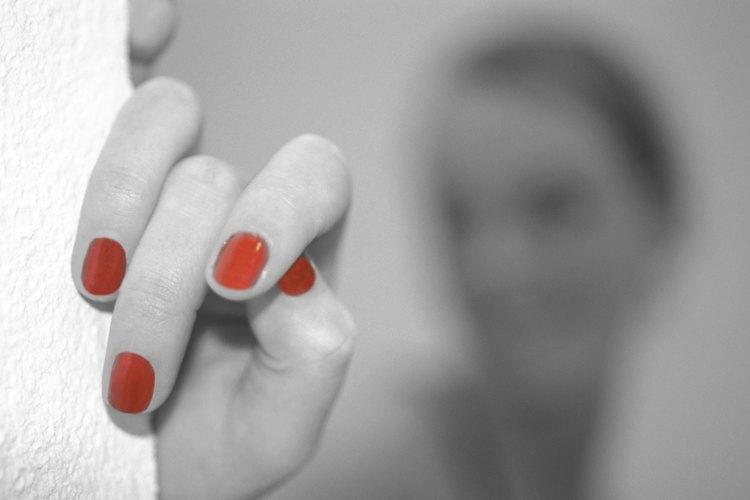 Las manicuras en gel y Shellac ayudan a que el color en tus uñas dure más tiempo.