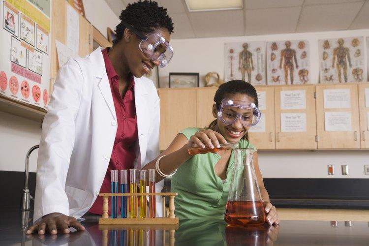 Haz que tus hijos usen gafas de seguridad durante los experimentos.