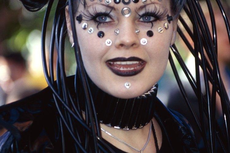 Utiliza color en aerosol para tu cabello para agregarle drama a tu estilo en la Noche de Brujas.