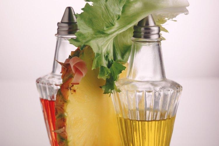 El aderezo para ensalada puede agregar calorías y grasas no deseadas a una ensalada saludable.
