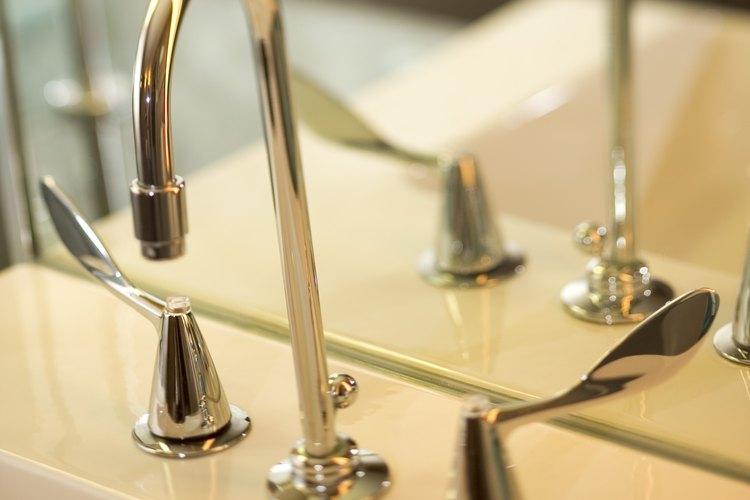 Limpia la grifería del baño con Brasso.