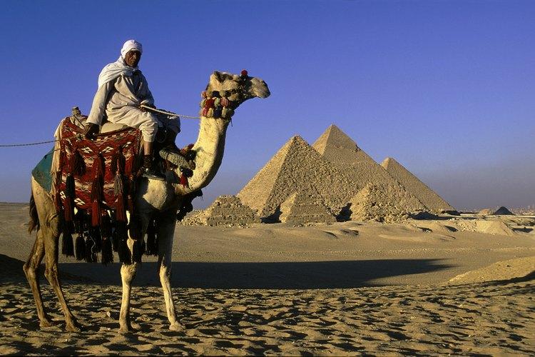Los recorridos por el desierto ofrecen una vista privilegiada del complejo de las pirámides.