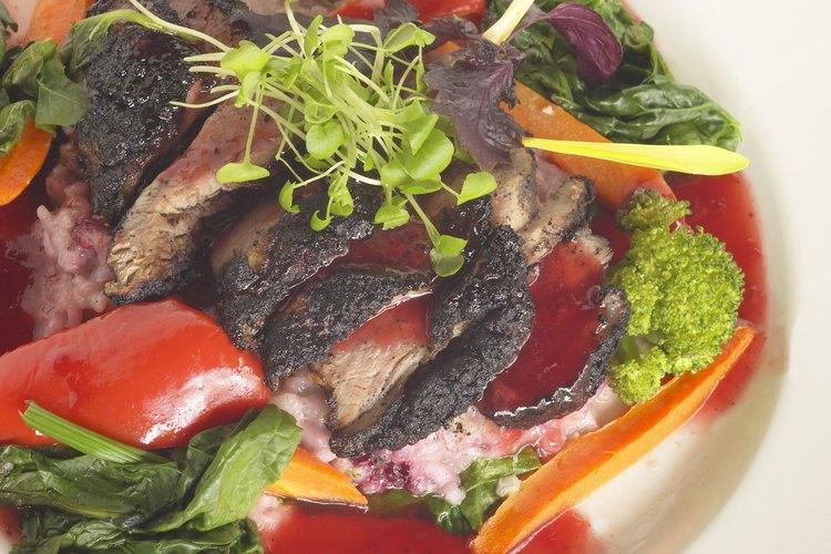Los platos atractivos y apetitosos mantienen al adulto mayor feliz y saludable.