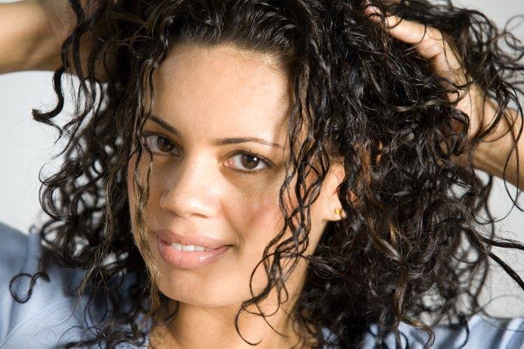 El cabello rizado que no está correctamente peinado puede erizarse.