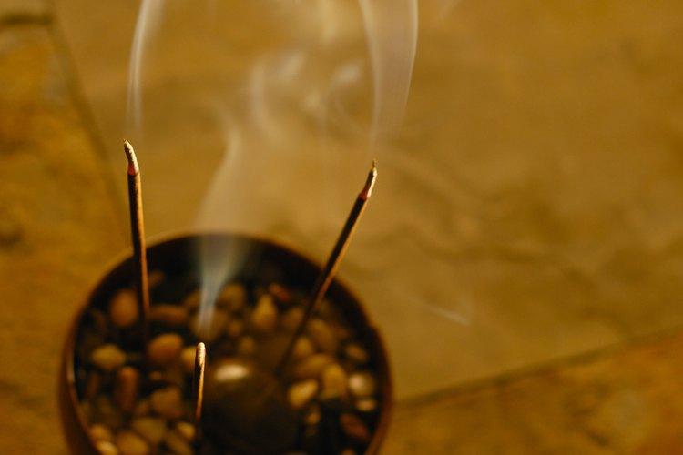 El incienso se utiliza para invocar la energía espiritual, limpiar el lugar de culto, mejorar la meditación y sanar el cuerpo.