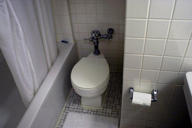 Sustituir un inodoro estándar por un modelo de doble descarga puede ahorrarte energía y agua.