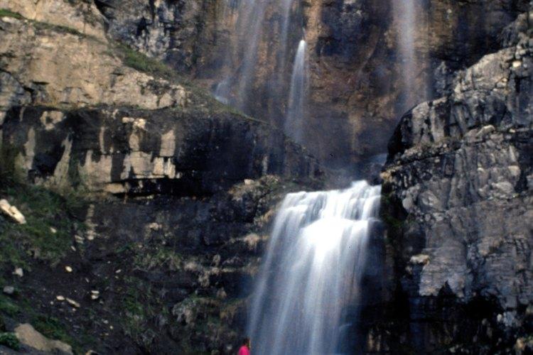 Puedes acceder a Stewart Falls desde un camino del Sundance Resort.