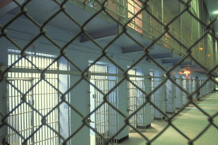 Las cárceles albergan miles de reclusos más por año que las prisiones.