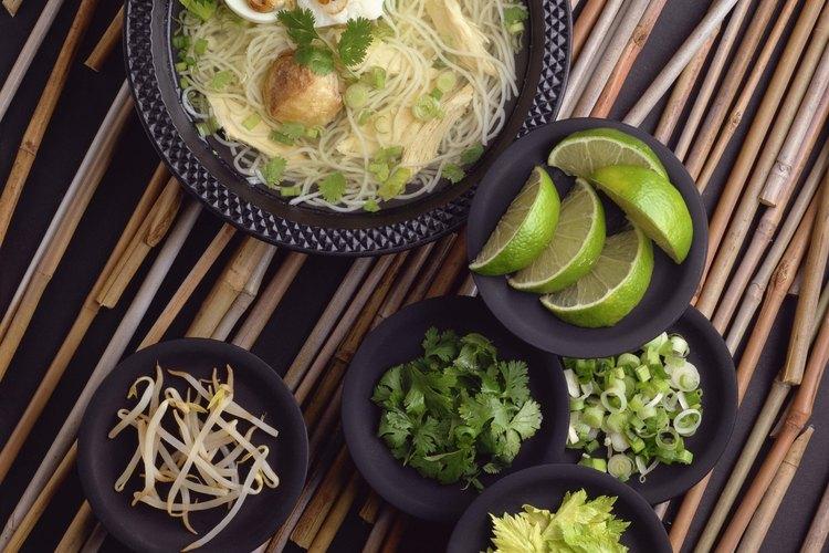 Las hojas de fideo de arroz suelen cortarse en tiras y son utilizadas en frituras y pho o sopa de fideos de arroz.