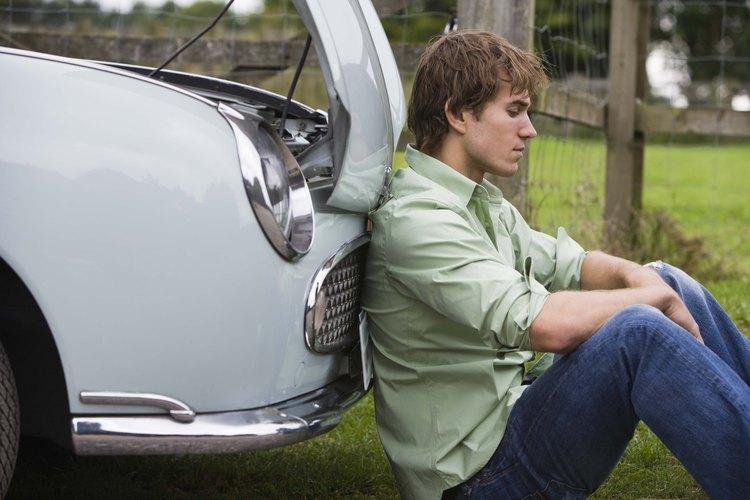 Levanta el capó de tu automóvil y deja que el motor se enfríe.
