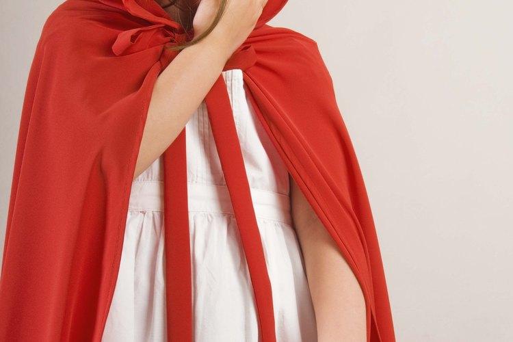 Una capa simple con una capucha puede ser hecha con fieltro.