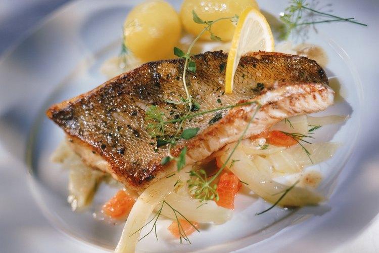 Trucha grillada con hierbas frescas y limón es la base de una comida saludable.