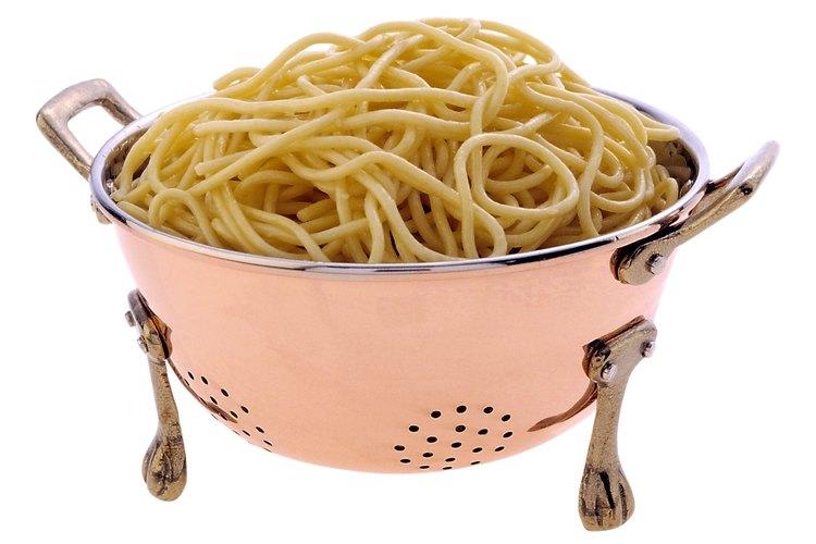 Coloca tu colador sobre un bol para guardar el agua de cocción de las pastas.