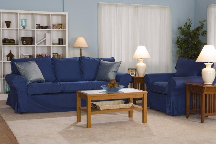 Este sofá de estilo Lawson tiene reposabrazos enrollados y una parte trasera con buenos almohadones.