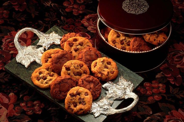 Regala un recipiente con galletas.