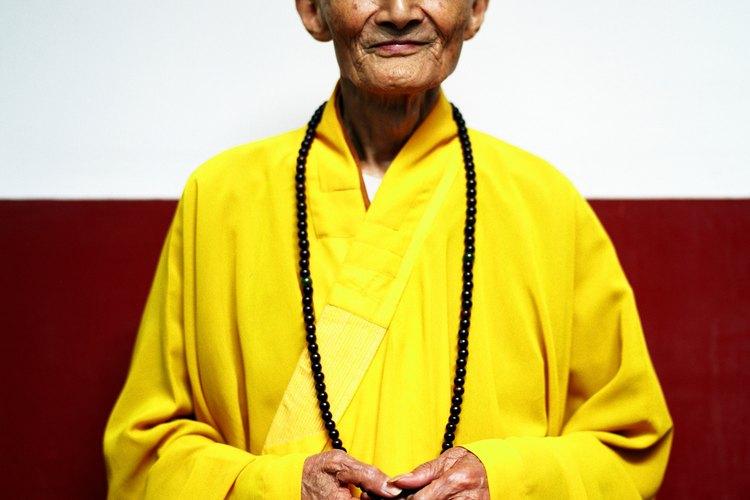 Los monjes budistas suelen llevar túnicas de colores brillantes.