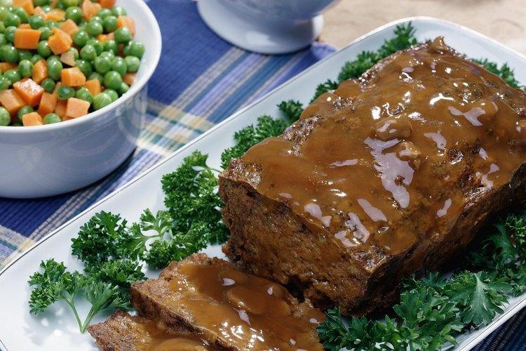 El pastel de carne puede ser sazonado con especias, según las preferencias de los comensales.