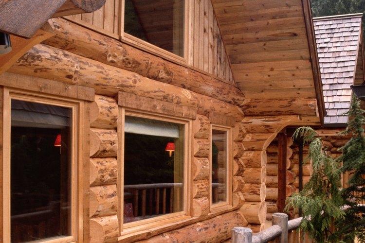 El pino tallado a mano provee una apariencia rústica para las casas de troncos.