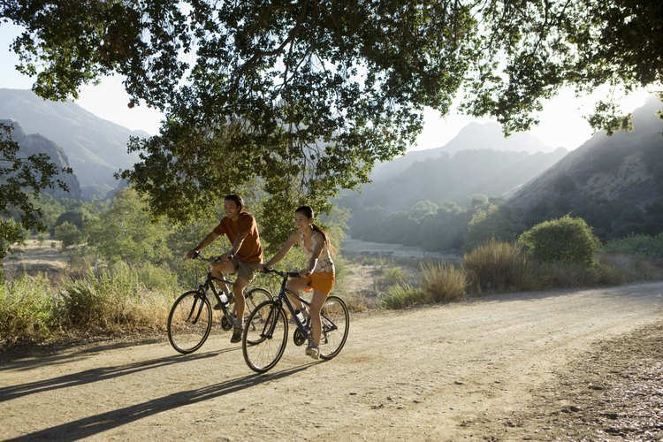 Un paseo en bicicleta juntos es una actividad divertida y gratuita.