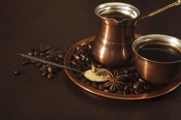 Un juego de café fabricado en cobre.