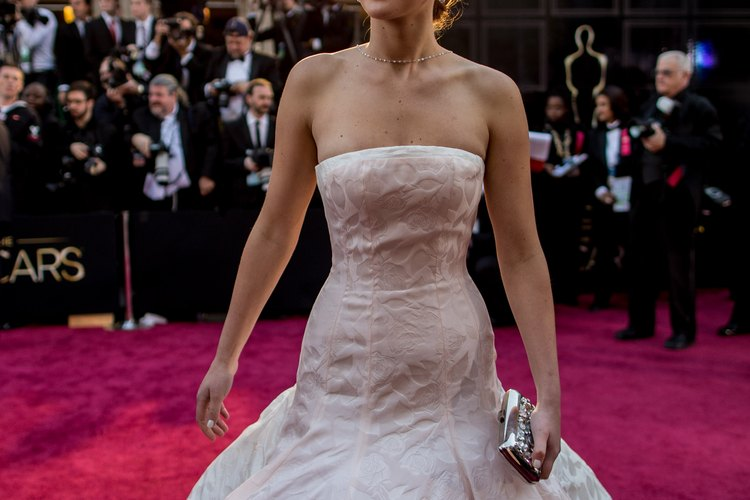 La actriz Jennifer Lawrence luciendo un Dior Couture en los premios de la academia del 2013.
