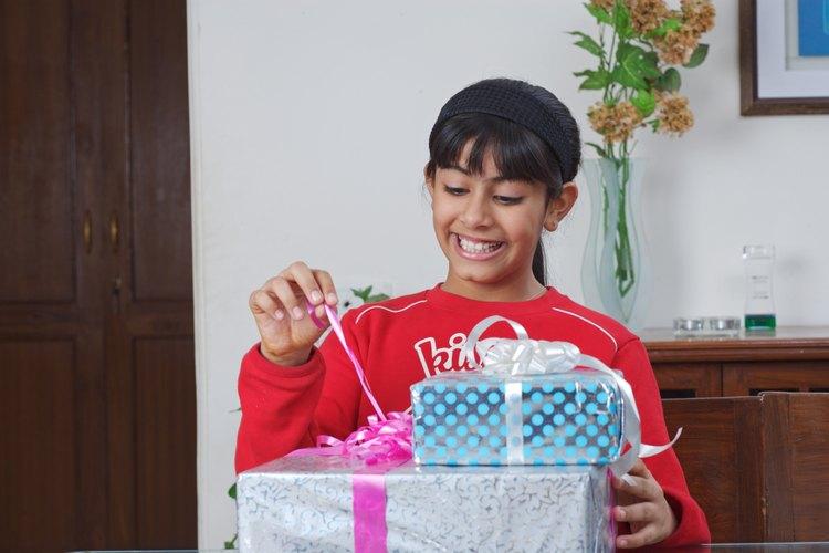 Niña abriendo regalos.