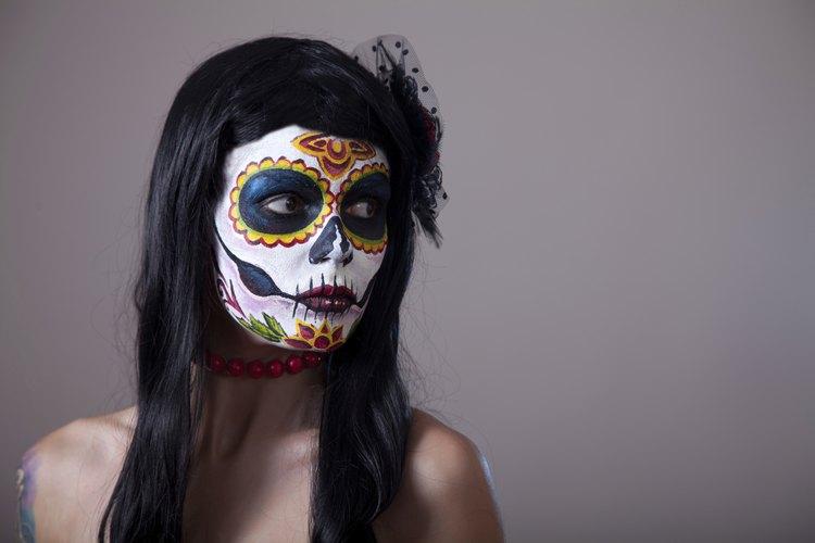 Las personas crean altares y pintan sus rostros como parte de la celebración del Día de los Muertos.