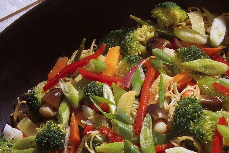 Prepara un salteado sabroso con vegetales congelados.