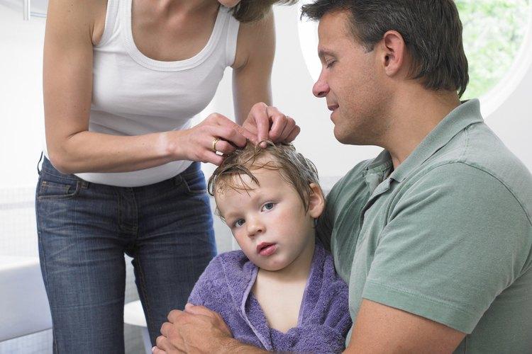 Lava la ropa de cama del niño después de tratarle los piojos.