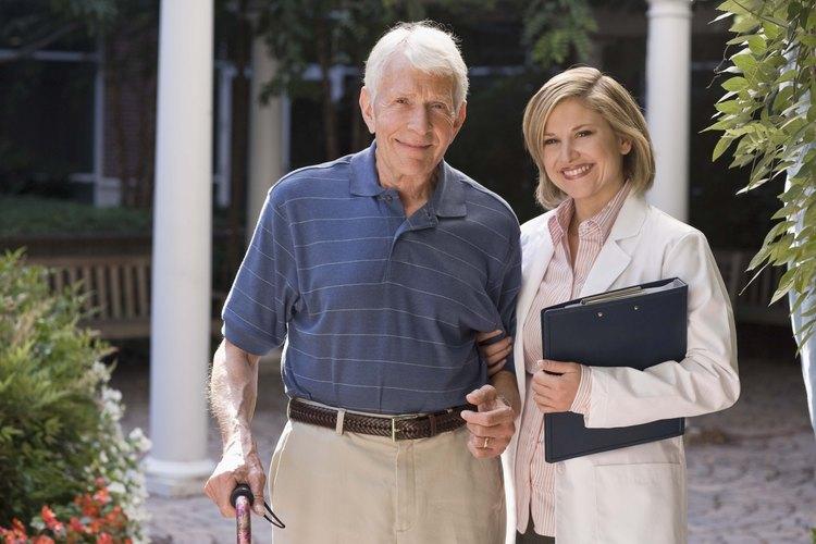 Aquellos cuyo trabajo es cuidar a personas mayores a menudo incrementan la calidad de vida de las personas a su cuidado.