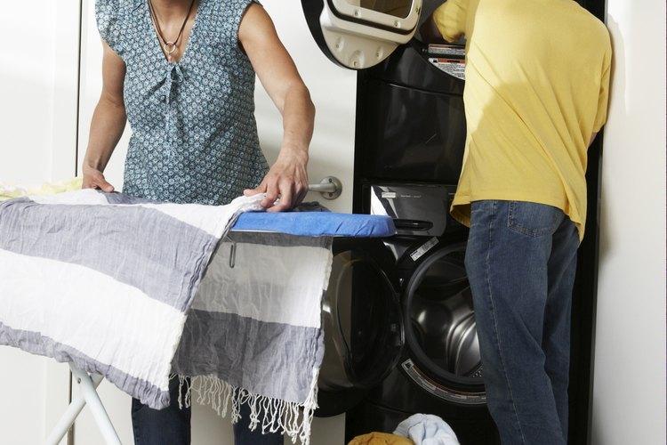 Haz que lavar ropa sea más sencillo invirtiendo en cestos adicionales para ropa sucia.
