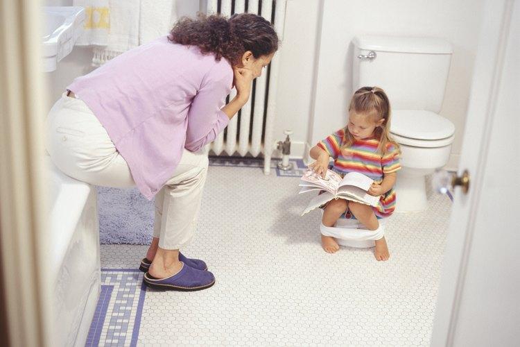 Ten paciencia a medida que ayudas a lograr que tu hijo se acostumbre al orinal.