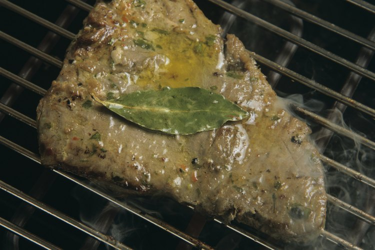 Agrega las hierbas favoritas a tu marinada de atún.