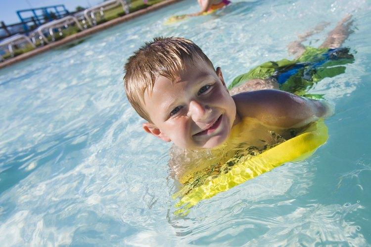 Usa la imaginación para enseñarle a nadar a tu hijo.