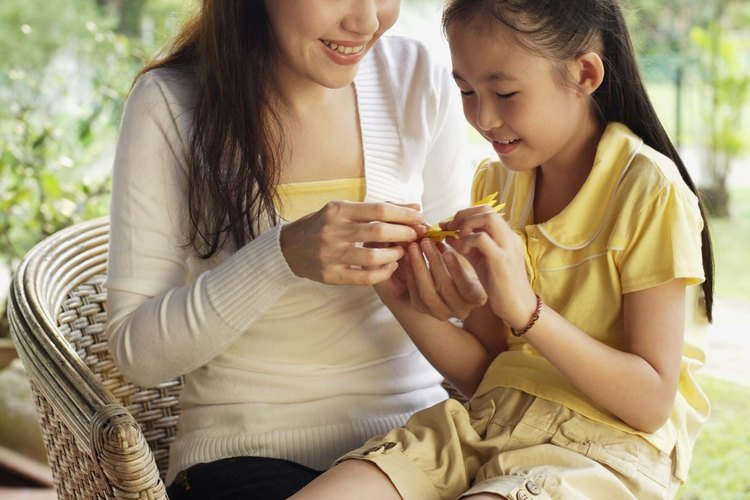 Hacer figuras de origami junto a tu hijo ayuda a aumentar las habilidades visual-espaciales.