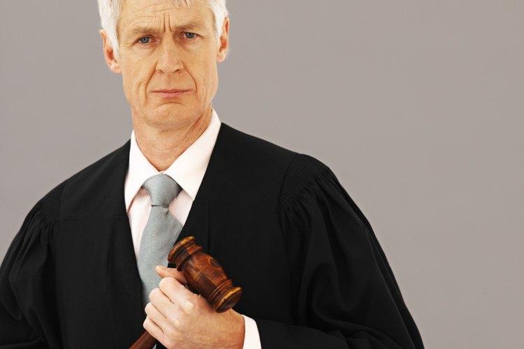 Algunos tipos de licencias restringidas las ordenan cortes como complemento de una condena por delitos de tráfico.