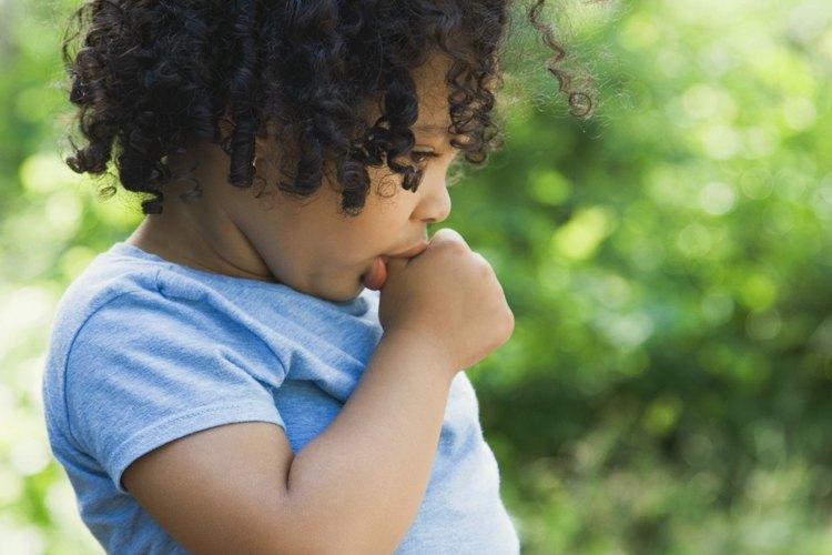 Tu hijo corre riesgos de salud si continúa chupando su pulgar después de los años de niñez.